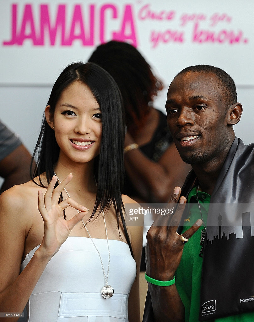 zilin zhang, miss world 2007. - Página 9 59817140_usain-bolt-of-jamaica-poses-for-photos-with-miss-world-zhang-zilin-a-picture-id8
