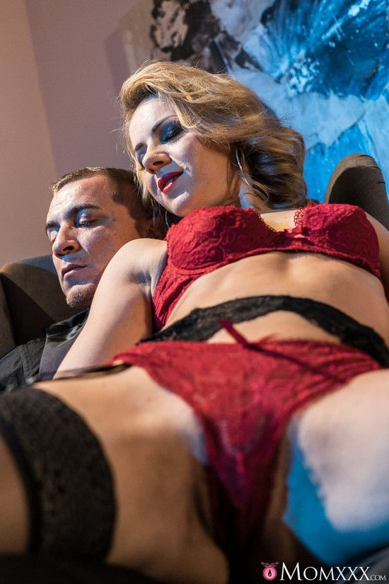 MomXXX : Mature blonde seduces in stockings – Sasha Zima